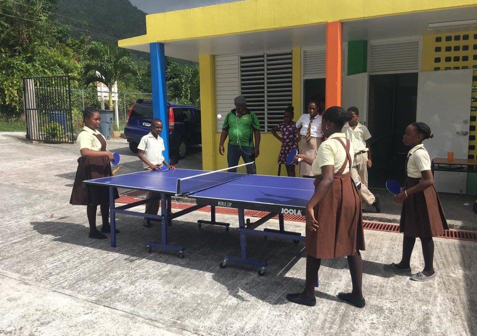Erstes Material an ausgewählte Schulen übergeben